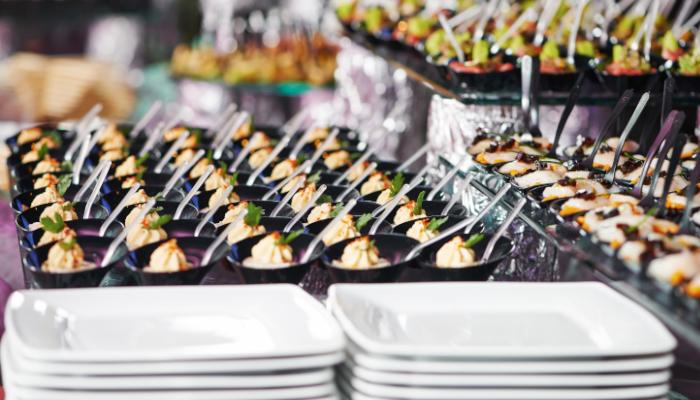 Contratar servicios de catering simplifica la organización de eventos